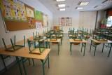 Powrót uczniów do szkół. Dziś uczniowie klas I-III zaczynają naukę stacjonarną. Wytyczne dla szkół i jeszcze więcej obostrzeń