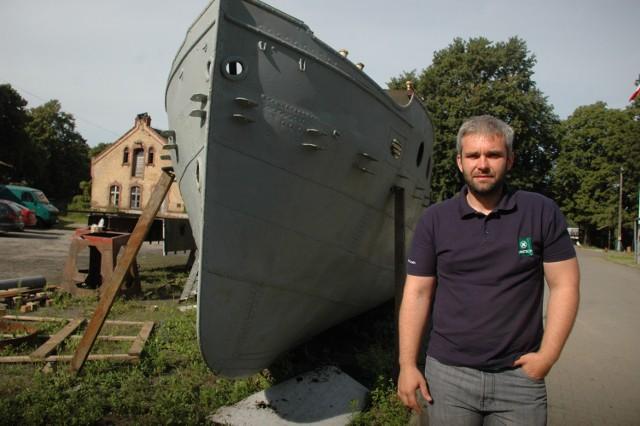 Łukasz Burak, prezes stowarzyszenia wodniaków Przystań Gorzów, koło Kormorana. Statek jest remontowany w gorzowskim porcie od ponad roku.