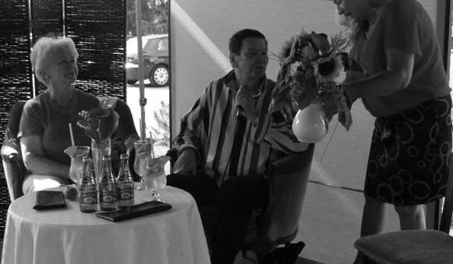 """Festiwalowa kawiarenka, lipiec 2013. Bukiet słoneczników wręczyła Bogusławowi Kaczyńskiemu Alicja Bednarska, kierownika działu marketingu Uzdrowiska Busko- Zdrój. Z lewej Danuta Parol, dziennikarka """"Echa Dnia""""."""