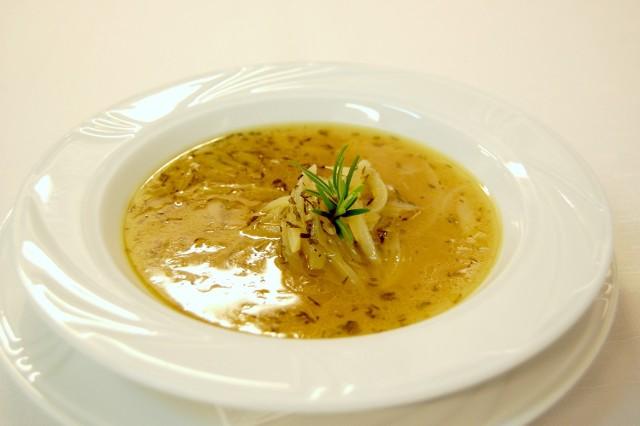 Przepis na zupę cebulową z tymiankiem i białym winem