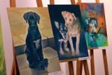 Inowrocław. Psy i koty ze schroniska dla zwierząt na obrazach i zdjęciach. Poplenerowa wystawa w Muzeum im. Jana Kasprowicza [zdjęcia]
