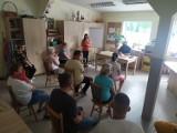 Policjanci rozmawiają się z mieszkańcami, uczulając na zagrożenia - kolejne spotkanie odbyło się w Dzierzgoniu