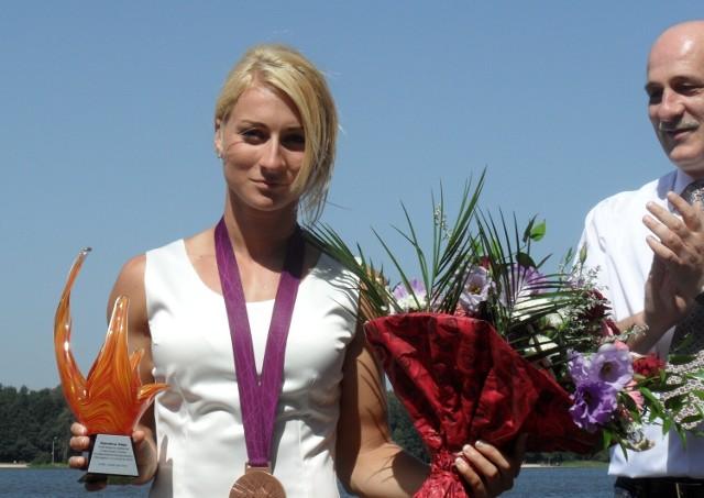 Karolina Naja w 2012 r. po pierwszym sukcesie, podczas uroczystości gratulacyjnych nad Jeziorem Paprocańskim