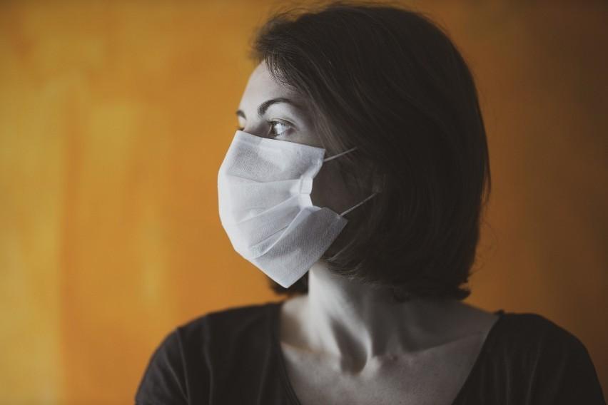 KASZELPonad połowa pacjentów z COVID-19 zgłasza kaszel jako...