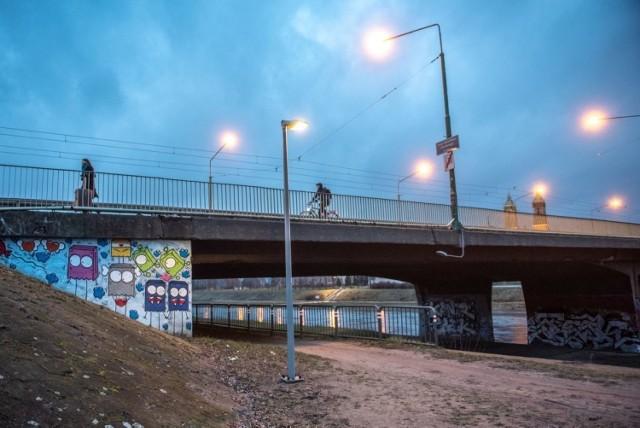 Nowe lampy i kamery monitoringu pojawiły się nad Wartą w Poznaniu. Oświetlony został odcinek Wartostrady między mostami Królowej Jadwigi i Bolesława Chrobrego.  Przejdź do kolejnego zdjęcia --->