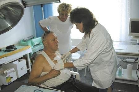 Pacjent Władysław Potasiński, lekarka Wanda Szalobryt-Głowacka i pielęgniarka Jolanta Stodulska podczas dyżuru w przychodni. olgierd górny