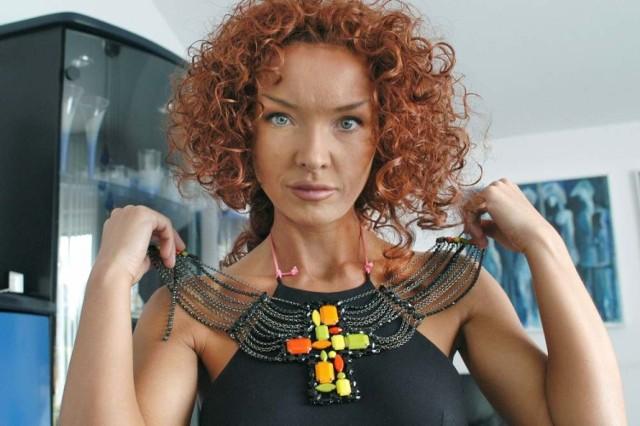 Ewa Minge urodziła się 23 maja 1967 w Szczecinku. Jest polską projektantką mody.