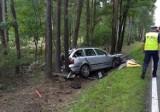 Wypadek w Bierdzanach na DK 45. Auto uderzyło w drzewo, jedna osoba ranna