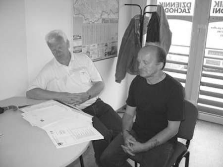 Mirosław Krowicki i Zbigniew Wątek wciąż przeglądają sterty papierów z rozliczeniami za wodę.