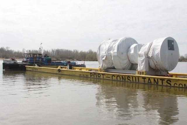Wielki ładunek przepłynął przez Puławy  Wielki ładunek na Wiśle minął we wtorek Puławy. Na barkach, które płynęły królową polskich rzek znalazły się elementy konstrukcyjne budowanej w Stalowej Woli elektrociepłowni.
