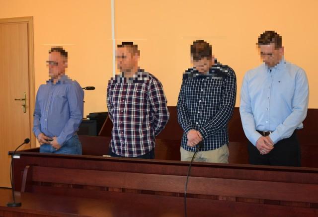Oskarżeni policjanci: (od lewej) oficer dyżurny K., członkowie patrolu drogówki W. i S. oraz kierownik zmiany Sz.