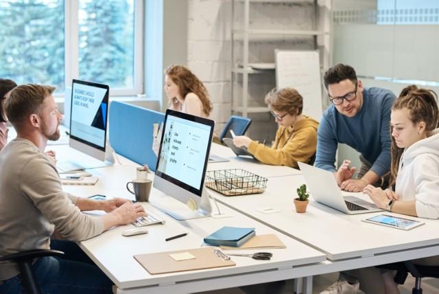 Pracownicy coraz mniej chętnie patrzą na perspektywę pozostania w biurze. Docenili posiadanie czasu, jaki udało im się zaoszczędzić na dojazdach do biura. Pracodawcy jednak nie próżnują i usiłują zachęcić osoby zatrudnione do powrotu.    Oto niektóre propozycje, na które mogą liczyć pracownicy.