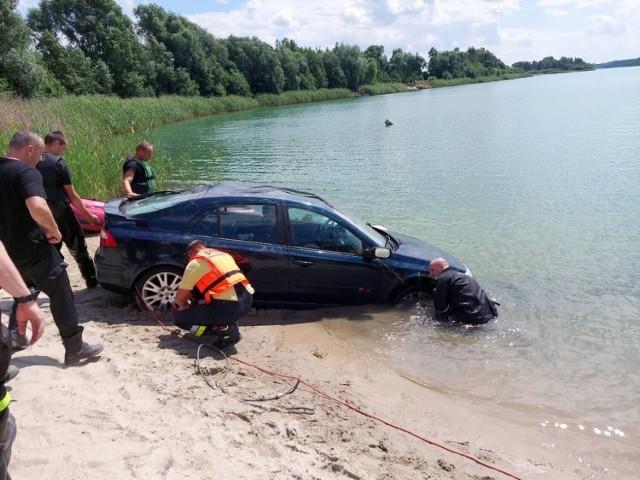 - Po przybyciu na miejsce zdarzenia zastano właściciela i użytkownika pojazdu renault laguna, którzy poinformowali zastęp, że zaparkowali samochód na wzniesieniu i udali się do domku letniskowego. Po chwili z niewiadomych przyczyn auto stoczyło się do Jeziora Ostrowskiego. Użytkownik auta poinformował przybyłych na miejsce strażaków, że w aucie nie znajdowały się żadne osoby - relacjonują strażacy z KP PSP w Mogilnie