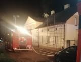 Pożar w budynku mieszkalnym w Zduńskiej Woli. Paliło się przy ulicy Sieradzkiej ZDJĘCIA