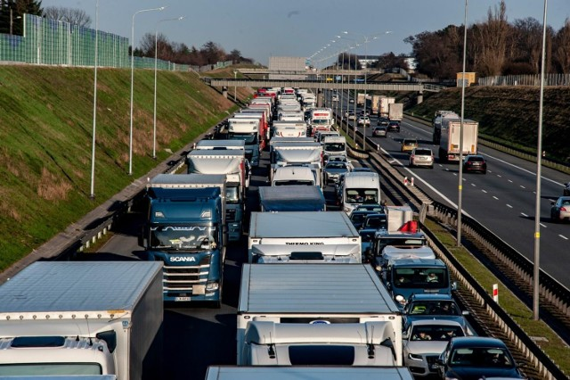 Kierowcy ciężarówek są obecnie jednymi z najbardziej poszukiwanych pracowników na rynku zatrudnienia. Pracujący w tym zawodzie, na trasach krajowych mogą liczyć na zarobki rzędu 6-8 tys. zł netto. W transporcie międzynarodowym zarabia się dwa razy tyle. Okazuje się też, że na rynek pracy kierowców wpłynęła pandemia.  WIĘCEJ NA KOLEJNYCH STRONACH>>>