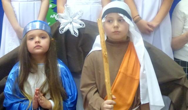 """Święta Rodzina z Balic. Zuzia (6 lat) i Maciek (8 lat) z dostojeństwem wcielili się w postacie Maryi i Józefa - podczas 16. Festiwalu Stołów Wigilijnych w buskim """"Mechaniku""""."""