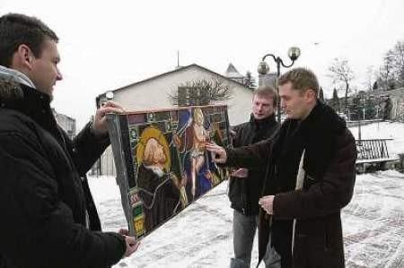 Konserwator miejski Radosław Nawara (w środku) i oraz Marcin Gignal i Marcin Heine z pracowni witraży.