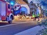 Wypadek w Janowie. Pijany kierowca wypadł z drogi i uderzył w budynek, jedna osoba nie żyje