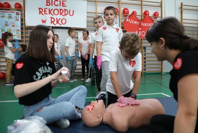 Piotrków: Bicie rekordu Guinessa  w udzielaniu pierwszej pomocy (resuscytacji) w SP 2 w Piotrkowie