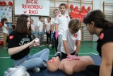 Piotrków: Bicie rekordu Guinessa  w udzielaniu pierwszej pomocy (resuscytacji) w SP 2 w Piotrkowie [ZDJĘCIA]