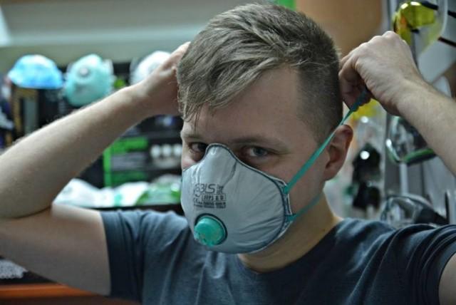 Ministerstwo zdrowia zaleca stosowanie maseczek chirurgicznych jednorazowych. Czym maski chirurgiczne różnią się od innych maseczek? Co oznaczają symbole FFP2 i FFP3? Jaką maseczkę wybrać? Poznaj skuteczne maski na koronawirusa. W Polsce do zakrywania ust i nosa już nie są zalecane ani przyłbice, ani tym bardziej chustki czy szaliki, a nawet bawełniane maseczki. W związku z coraz większą liczbą mutacji koronawirusa, które są bardziej zakaźne i powodują cięższy przebieg choroby COVID-19, minister zdrowia rekomenduje noszenie maseczek chirurgicznych jednorazowych w każdych okolicznościach. Jak wybrać maseczkę? Wyjaśniamy.Czytaj więcej na kolejnym slajdzie>>>>