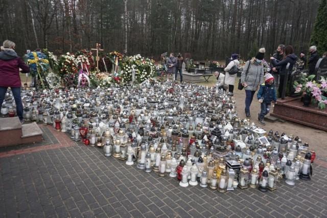 Około czterystu osób przyjechało w sobotę 17 kwietnia na cmentarz w Grotnikach, by przy grobie Krzysztofa Krawczyka zapalić znicze.  Zobacz ZDJĘCIA na kolejnych slajdach >>>