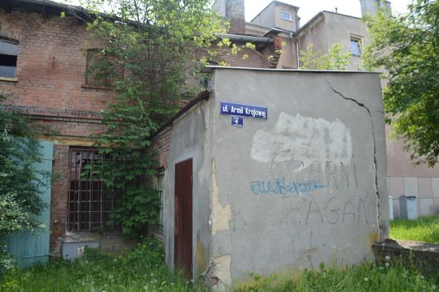 Zrujnowane garaże przy ul. Armii Krajowej 4 są własnością miasta. Straszą przy drodze wylotowej z Żagania