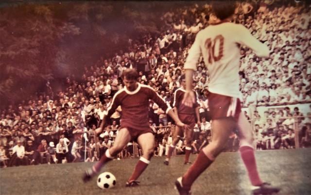 Józef Dudek (z piłka) w barwach Jadowniczanki Jadowniki w meczu przeciwko Widzewowi Łódź. Przed nim Dariusz Dziekanowski (nr 10)