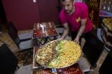 """Relax Kebab: Król Ali Baba serwuje jedzenie na metry i kilogramy. """"Grzegorz"""" przyjechał z Iraku i podbił już polski internet"""