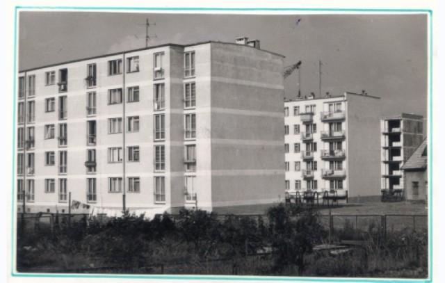 Lata 70. Budowa bloku mieszkalnego nr 3 na Osiedlu Słowackiego w Sępólnie. Przed nim widoczne są bloki nr 1 i 2.