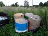 Gm. Kolbudy. Kilkadziesiąt beczek z nieznaną substancją we wsi Buszkowy znaleźli inspektorzy WIOŚ |ZDJĘCIA
