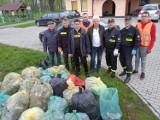 """Światowy Dzień Ziemi. """"Wielkie sprzątanie w gminie Gizałki"""". Mieszkańcy i strażacy z Szymanowic wspólnie sprzątali swoją miejscowość"""