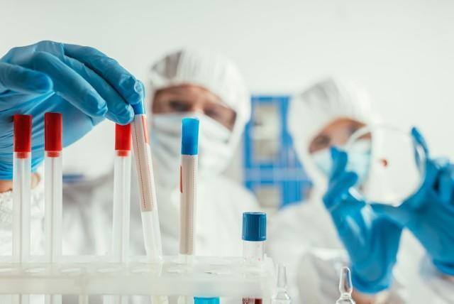 Wariant Mi koronawirusa jest najbardziej odporny na działanie ochronnych przeciwciał obecnych we krwi ozdrowieńców i zaszczepionych preparatem Pfizera.