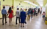 Wybory prezydenckie 2020. Mieszkańcy Krakowa głosują. Kolejki przed lokalami wyborczymi [ZDJĘCIA]