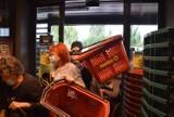 Bitwa o koszyki w Śląskiem! Tak wyglądało otwarcie nowego sklepu Netto. Ludzie wyrywali sobie koszyki. ZDJĘCIA