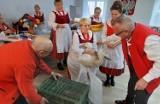 Gospodynie z Kurowa pokazały,jak się skubie gęś, wyrabia masło i piecze swojski chleb