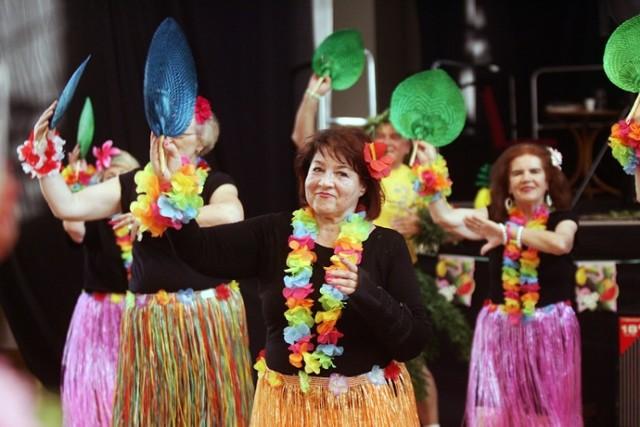 Centrum Seniora w Legnicy, spotkanie w hawajskich rytmach