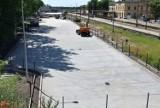 """Inowrocław. Parking  przy dworcu PKP wkrótce zostanie otwarty. Będzie działał w systemie """"Parkuj i Jedź"""" [zdjęcia]"""