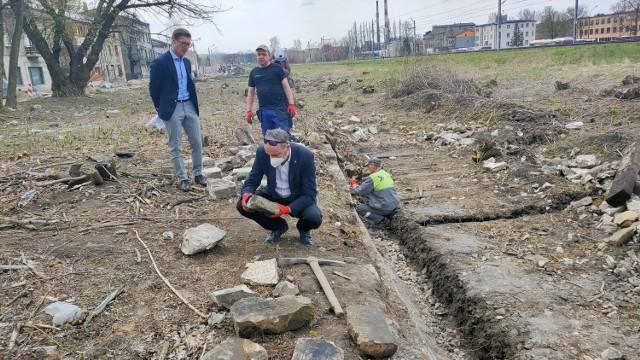 W Będzinie z rampy kolejowej przy ul. Sieleckiej wydobywane są żydowskie macewy   Zobacz kolejne zdjęcia/plansze. Przesuwaj zdjęcia w prawo - naciśnij strzałkę lub przycisk NASTĘPNE