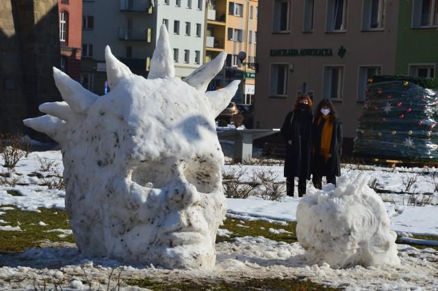 Rzeźby ze śniegu stanęły przed nyską bazyliką. To dzieło młodego artysty z Nysy.