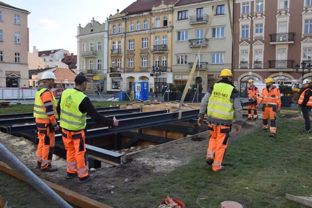 Podest zastąpi namiot nad studnią. Trwają prace na Głównym Rynku w Kaliszu