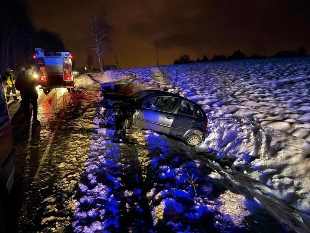 W wypadku w Zabłędzy zderzyły się samochód osobowy i dostawczy. Oba pojazdy wylądowały w rowach
