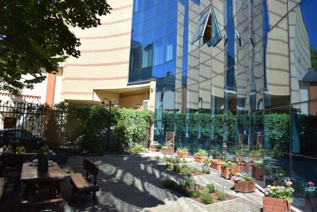Biblioteczny ogród jest pomiędzy głównym budyniem a kamienicami przy ul. Sikorskiego.