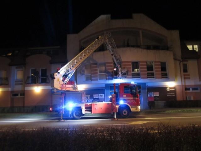 Wczoraj wieczorem (12 marca) policjanci próbowali dostać się do mieszkania przy ul. Grunwaldzkiej w Ustce. Rodzina wezwała służby, ponieważ przebywająca wewnątrz osoba nie chciała otworzyć im drzwi. Interweniującej policji pomogli strażacy.