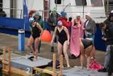 Gdynia: Wskoczyli do lodowatej wody i trenowali przed ekstremalnymi zawodami! Zimowi pływacy w akcji