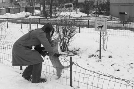 Sylwia Świerczyńska i pies Seler na psim wybiegu.
