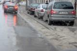 Tony piasku zalegają po zimie na kieleckich ulicach. Kiedy go posprzątają?