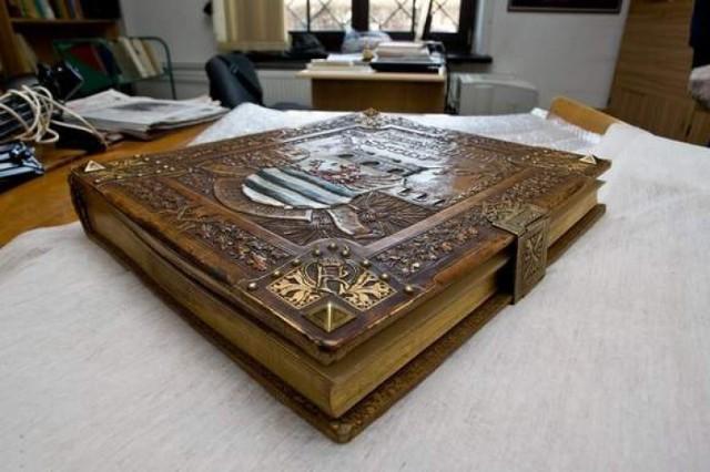 Złota księga w słupskim muzeum.