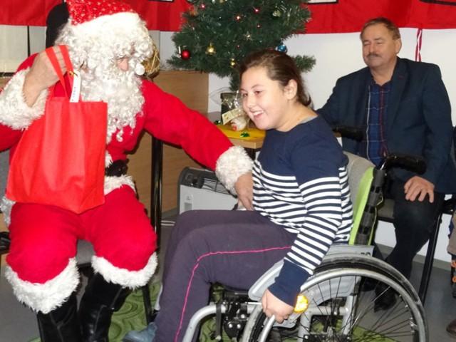 Wśród dzieci, które święty Mikołaj obdarował prezentami od kibiców Iglopolu Dębica była Ola. Dziewczynka nie kryła radości ze spotkania.