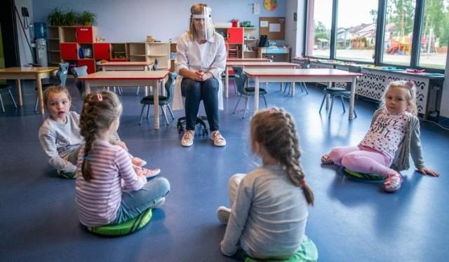 Rekrutacja do przedszkoli w Łodzi na nowy rok szkolny, w jej głównym etapie, zaczyna się w czwartek (1 kwietnia). Zasady naboru do miejskich placówek od 2021 r. promują dzieci poddane obowiązkowym szczepieniom. Przy okazji publikujemy listę popularnych przedszkoli, do których trudno było się dostać w ubiegłorocznym naborze.   >>> Lista przedszkoli w kolejnych ilustracjach >>>
